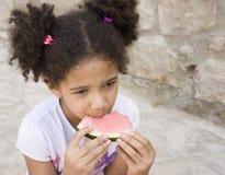 Retrato del niño que come una sandía dulce Fotografía de archivo libre de regalías