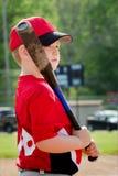 Retrato del niño que se prepara para golpear durante juego de béisbol Fotos de archivo