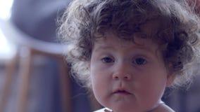 Retrato del niño rizado-cabelludo en fondo unfocused almacen de metraje de vídeo
