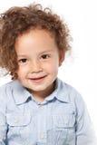 Retrato del niño sonriente con el pelo rizado Imagen de archivo libre de regalías