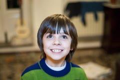 Retrato del niño sonriente en su hogar Foto de archivo