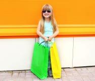 Retrato del niño sonriente hermoso de la niña en gafas de sol Imágenes de archivo libres de regalías