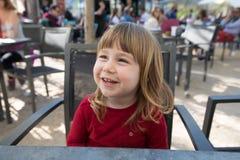Retrato del niño sonriente que se sienta en café de la terraza Foto de archivo libre de regalías