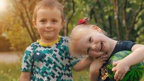 Retrato del niños lindos en la naturaleza almacen de metraje de vídeo