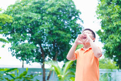 Retrato del niño asiático que grita, gritando, gritando, mano en hola Fotografía de archivo libre de regalías