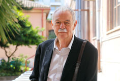Retrato del novelista de Eduardo Mendoza Imagen de archivo