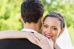 Retrato del novio de abarcamiento de la novia feliz Imágenes de archivo libres de regalías