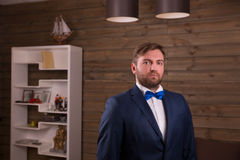 Retrato del novio serio en traje y corbata de lazo Foto de archivo libre de regalías