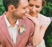 Retrato del novio y de la novia feliz Imágenes de archivo libres de regalías