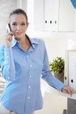 Retrato del oficinista en llamada de teléfono Imagen de archivo libre de regalías