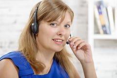 Retrato del operador alegre sonriente del teléfono de la ayuda en auriculares Imagen de archivo libre de regalías