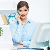 Retrato del operador de centro de atención telefónica sonriente de la mujer de negocios en el trabajo Imagenes de archivo