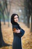 Retrato del otoño de una muchacha hermosa imagenes de archivo