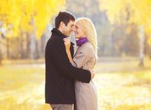 Retrato del otoño de pares jovenes cariñosos felices en amor Fotos de archivo libres de regalías