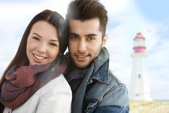 Retrato del otoño de pares jovenes en la playa Imágenes de archivo libres de regalías