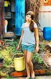 Retrato del país de la muchacha hermosa del adolescente con el compartimiento Imagenes de archivo