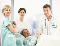 Retrato del paciente mayor con el equipo del hospital Fotografía de archivo libre de regalías