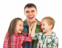 Retrato del padre alegre con su hijo e hija Imagen de archivo
