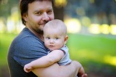 Retrato del padre con su pequeño hijo Imágenes de archivo libres de regalías