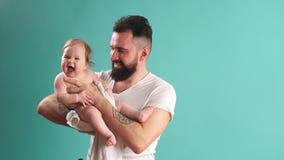 Retrato del padre feliz y de su pequeña hija adorable Niñez feliz almacen de video