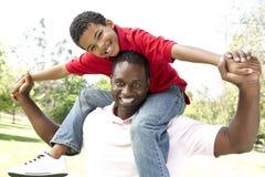 Retrato del padre y del hijo felices en parque Fotografía de archivo libre de regalías