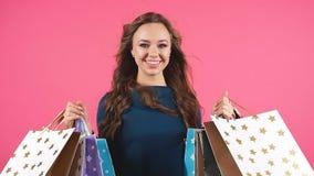 Retrato del panier sonriente feliz del control de la mujer Fondo aislado modelo femenino del estudio metrajes