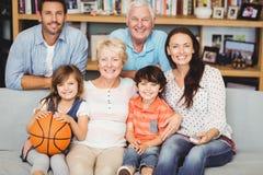 Retrato del partido de baloncesto de observación sonriente de la familia Foto de archivo