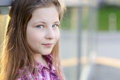 Retrato del pelo rubio feliz diez años de muchacha Foto de archivo libre de regalías