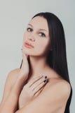 Retrato del pelo sano largo de la mujer morena atractiva hermosa joven Foto de archivo libre de regalías