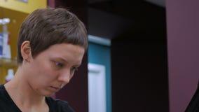 Retrato del peluquero profesional, estilista almacen de metraje de vídeo