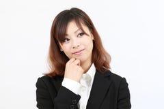 Retrato del pensamiento asiático joven de la mujer de negocios Fotos de archivo libres de regalías