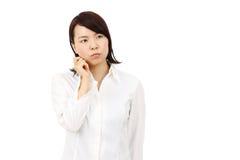 Retrato del pensamiento asiático joven de la mujer de negocios Foto de archivo libre de regalías