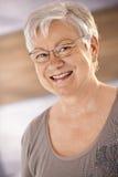 Retrato del pensionista femenino feliz Fotografía de archivo
