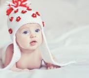 Retrato del pequeño bebé con el sombrero hecho punto Imagen de archivo libre de regalías