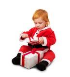 Retrato del pequeño bebé lindo en la habitación roja aislada Fotos de archivo libres de regalías