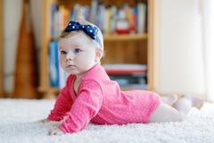 Retrato del pequeño bebé minúsculo de 5 meses dentro en casa Imagen de archivo