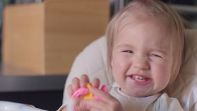 Retrato del pequeño bebé que bosteza en la cámara almacen de video