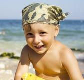 Retrato del pequeño muchacho lindo en la luz del sol del mar Imagenes de archivo