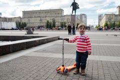 Retrato del pequeño niño con el monopatín Fotos de archivo