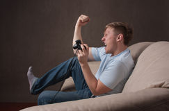 Retrato del perfil de un gamer emocionado Imagen de archivo