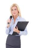 Retrato del periodista de sexo femenino joven con el micrófono y clipboar Imagenes de archivo