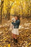 Retrato del perro que se besa femenino joven Fotografía de archivo libre de regalías