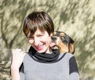 Perro y mujer locos Foto de archivo libre de regalías