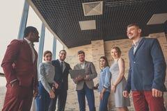 Retrato del personal de oficina multicultural que se coloca en pasillo fotografía de archivo libre de regalías