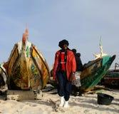 Retrato del pescador con los barcos en la playa de Nuakchott, Mauritania Foto de archivo libre de regalías