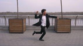 Retrato del primer del baile afroamericano atractivo feliz joven y de hacer del hombre de negocios movimientos de la barajadura f almacen de metraje de vídeo