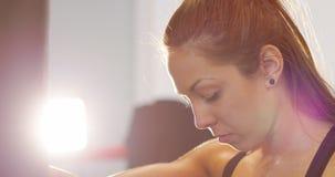 Retrato del primer del boxeador de sexo femenino exchausted con la reclinación sobre el saco de arena almacen de metraje de vídeo