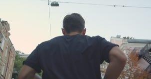 Retrato del primer del corredor masculino deportivo caucásico adulto que activa abajo de la calle en la ciudad urbana al aire lib almacen de video