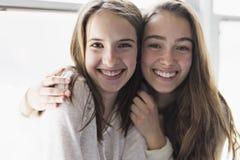 Retrato del primer de abrazar a 2 mujeres jovenes hermosas que se divierten fotos de archivo