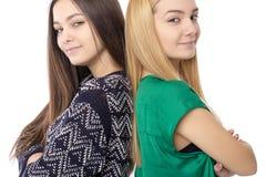 Retrato del primer de dos adolescentes que se colocan de nuevo a la parte posterior con Fotos de archivo
